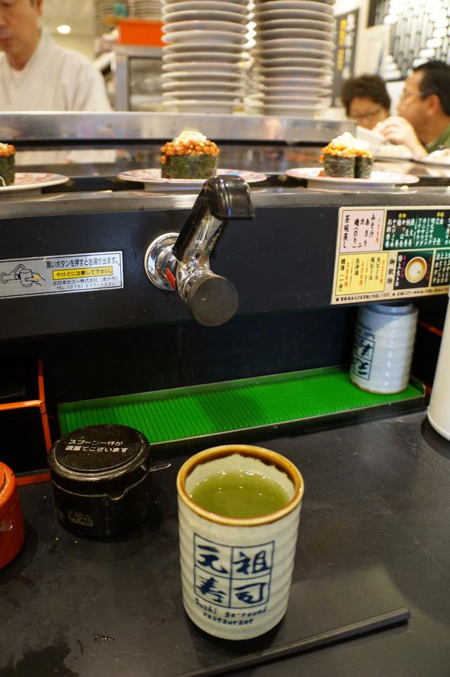 Tentunya bisa refill berkali kali teh hijau disini :))
