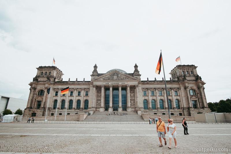 The Reichstag! Saya pengen banget main kesini kalau liburan ke Berlin! Tau tempat ini gara-gara game Call Of Duty World At War!