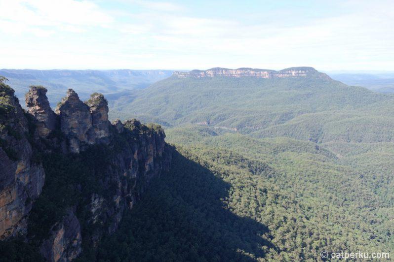 The Three Sisters dan hutan Blue Mountains National Park yang begitu menggoda buat dijelajahi. Kapan? Mungkin nanti ya :)