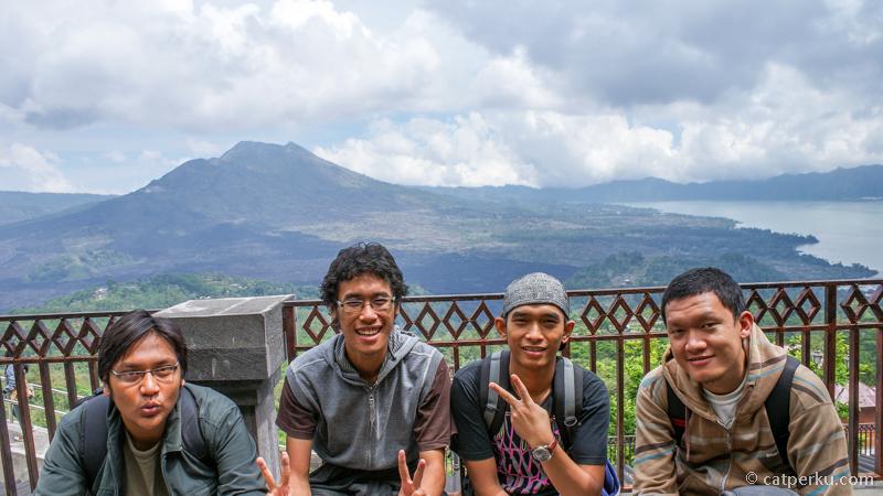 Titik Panelokan Kitamani pada siang hari dengan latar belakang Gunung Batur