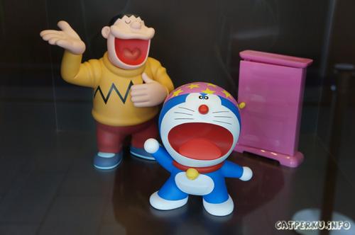 Yang ini adalah miniatur Giant yang sedang menyanyi dan si Doraemon sedang memakai topi sihir seperti di cerita Doraemon Petualangan : Nobita di dunia setan. Eh? Tapi kok doraemon tahan sama suara si Giant ya?