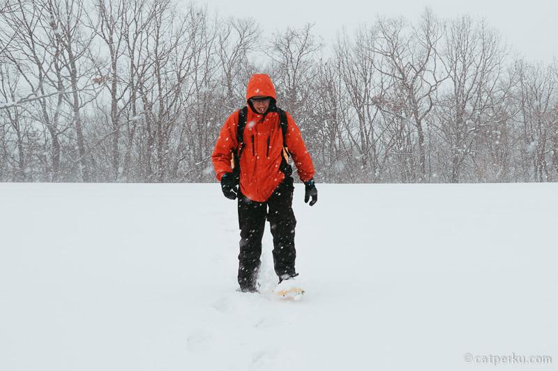 Trekking di tengah badai salju itu seru!