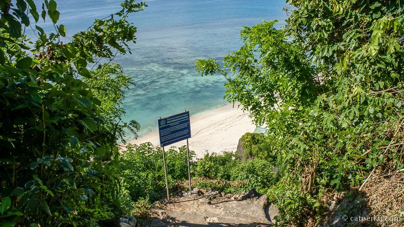 Turun ke pantai Padang Padang Beach harus lewat tanggaa~