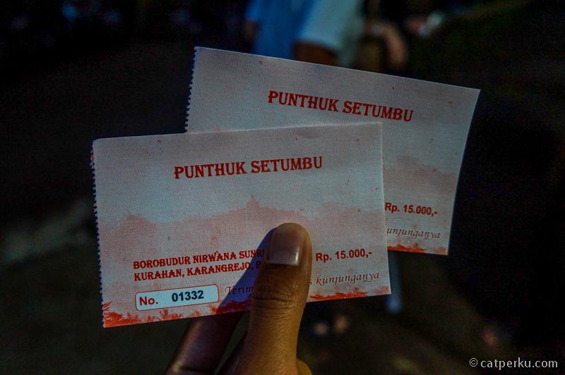 Untuk wisatawan lokal seperti kami harga tiket masuk Punthuk Setumbu adalah IDR 15.000 per orang. Sementara itu tiket wisatawan asing IDR 30.000 per orang. Biaya parkir IDR 2000 untuk sepeda motor, IDR 5000 untuk mobil.