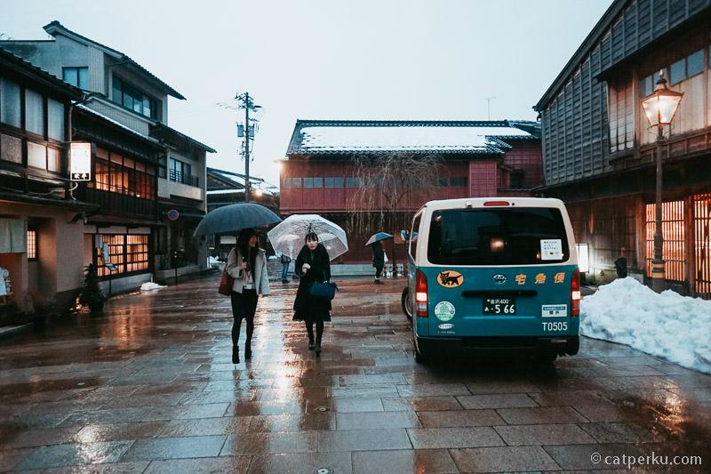Waktu terbaik untuk berkunjung ke Higashi Chaya adalah ketika sore hari menjelang malam seperti ini.