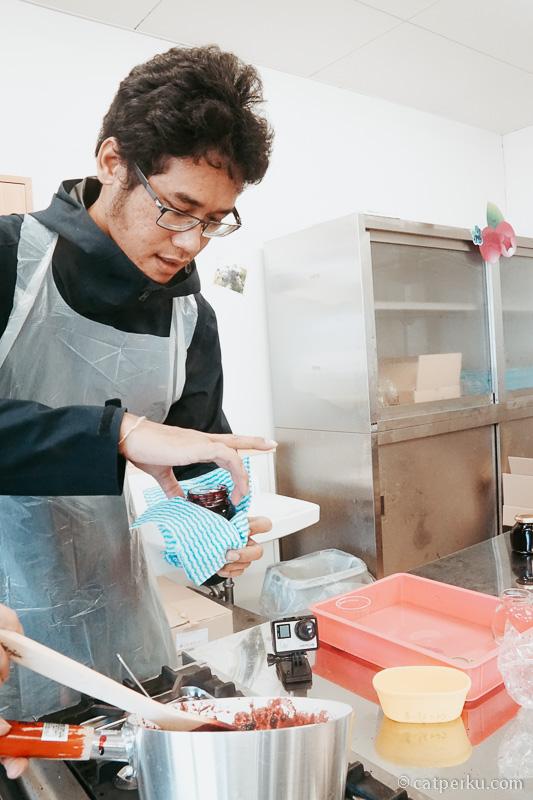 Yak, chef Fahmi lagi beraksi bikin selai Blueberry! Kalau liburan ke Okayama, bisa cobain aktivitas kayak gini!