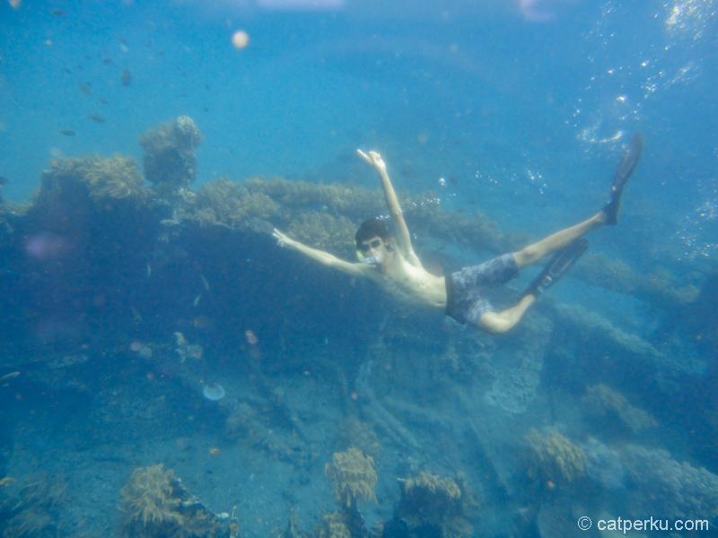 Yang paling saya suka ketika snorkeling, saya bisa cobain free dive kayak gini