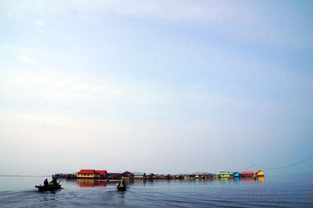 Ada destinasi menarik di salah satu sudut Sulawesi, tetapi tidak seterkenal Bali. Karena perlu waktu berjam - jam hanya untuk mencapainya. Bali? Cukup dengan satu jam terbang saja dong :)