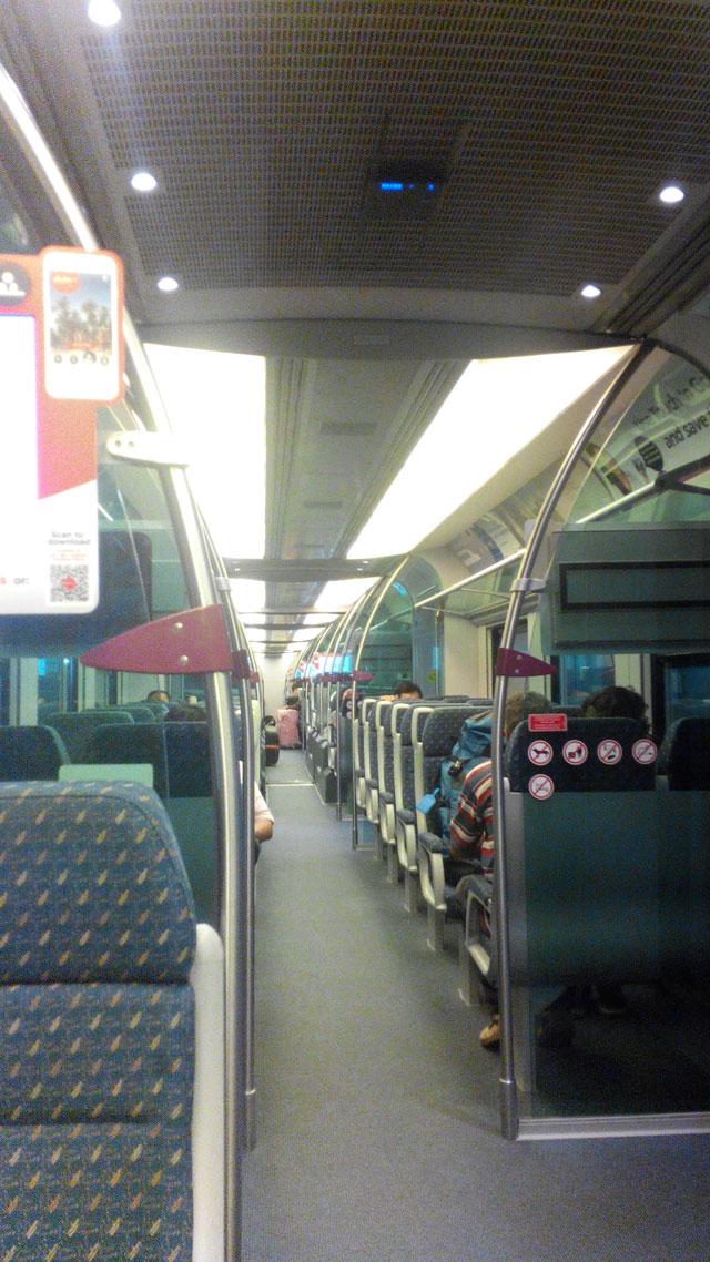 Bagian dalam kereta KLIA Express, menurut saya mirip dengan monorail yang dulu saya tumpangi dari Bandara Haneda, Jepang ke pusat kota.