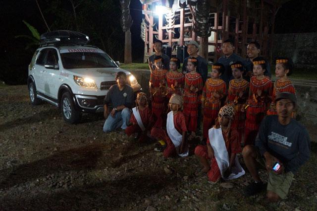 Berfoto bersama penari yang menyambut tim Terios 7 Wonders.