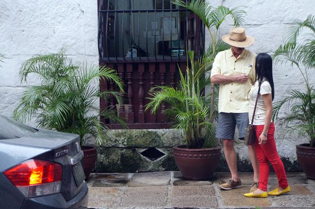 Bule ini lagi ngapain ya di Intramuros? Silahkan berimajinasi :v
