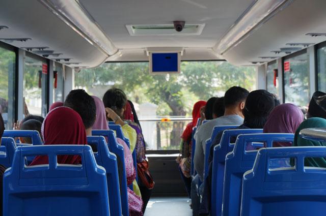 Dalamnya bersih,  AC nya dingin, nyaman deh pokoknya Bus Wisata Jakarta A.K.A si Mpok Siti ini