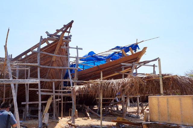 Desa Bira, Bontobahari, Bulukumba, Sulawesi Selatan terkenal dengan pembuat Kapal Phinisi dengan cara tradisional.