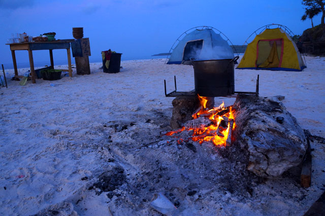 Di Tanjung Bira bisa kemping plus bakar - bakar ikan! Duh!