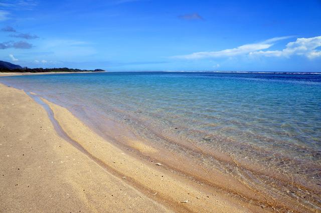 Garis pantainya memanjang, seakan hanya berbatas horizon.