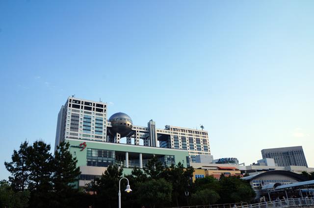 Gedung Fuji TV adalah salah satu landmark yang terkenal di Odaiba.