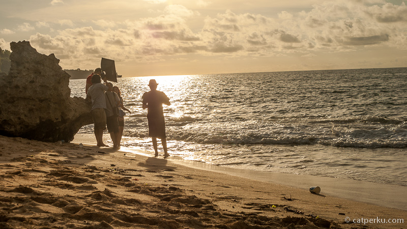 Ini adalah pantai favorit para pemburu senja dan wedding fotografer. Kuning keemasan matahari terbenam dari Pantai Tegal wangi ini begitu seksi untuk diabadikan.