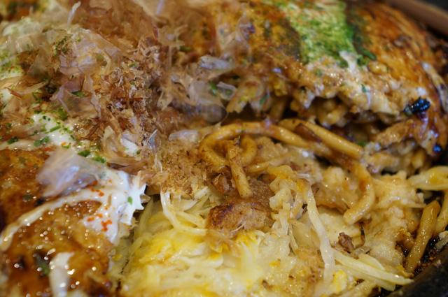 Isinya, juga menggoda, ada mie di dalam Okonomiyaki :D