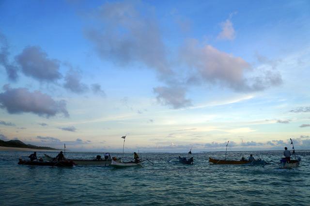 Iya, seperti para nelayan di tanah Sumbawa ini. Senja, berarti datang waktunya untuk bekerja keras dan mencari rejeki, demi hidup esok hari.