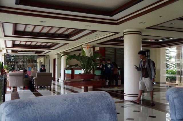 Lobi Hotel Centro nyaman untuk bersantai sambil menunggu kamar disiapkan