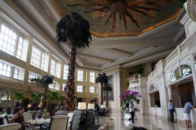 Lobi The Peninsula Hotel yang luas ini bikin saya nyasar...