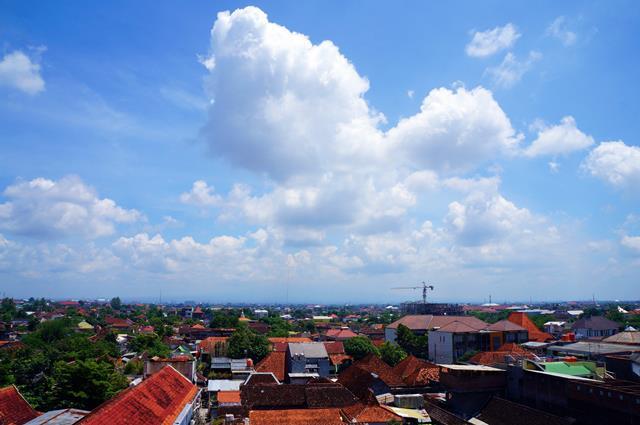 Pemandangan bagian utara Gallery Prawirotaman Hotel dari lantai 5. Kalau cuaca cerah seharusnya terlihat Gunung Merapi yang menjulang tinggi.