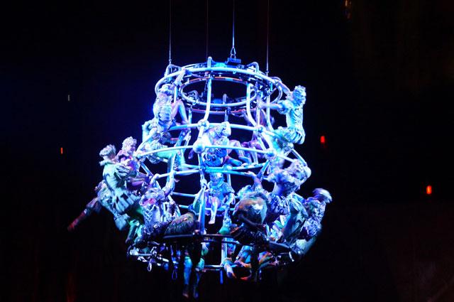 Pertunjukan tidak cuma terfokus ke panggung, tetapi ada di bagian atas juga bergelantungan seperti ini.