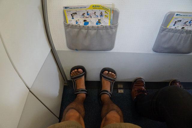 Pilih seat 1 A kalau mau dapet ruang kaki yang lega dan pemandangan luar jendela pesawat.
