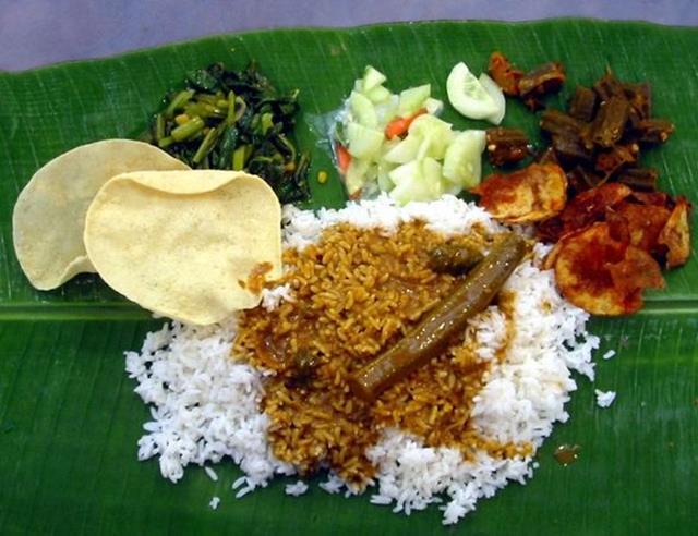 Sesuai namanya, Nasi Daun Pisang disajikan diatas daun pisang.