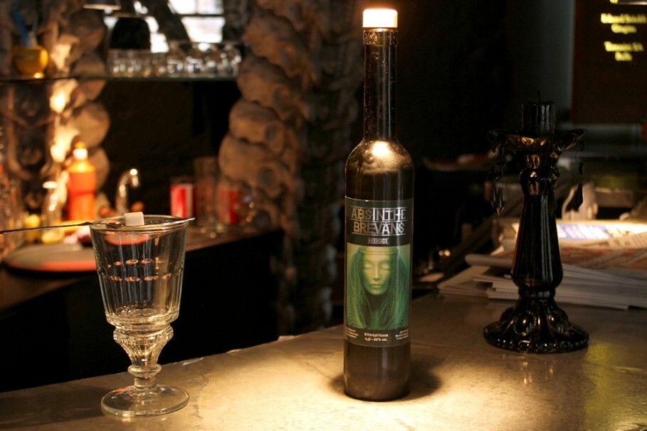 O Absinthe Brevans H R Giger é um dos drinques servidos no bar temático