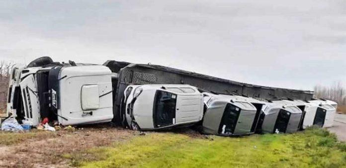 Impactante: volcó un camión mosquito lleno de autos nuevos