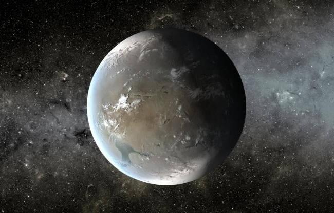 Interpretación artística de Kepler-62f. Se estima que tiene una temperatura media de entre -50 °C y 0 °C. Su baja temperatura superficial se debe a su posición en la zona habitable del sistema Kepler-62 (desplazada hacia el confín externo de la misma) y a las características de su estrella (clasificada como una enana naranja tipo K2V, con un 20 % de la luminosidad del Sol).