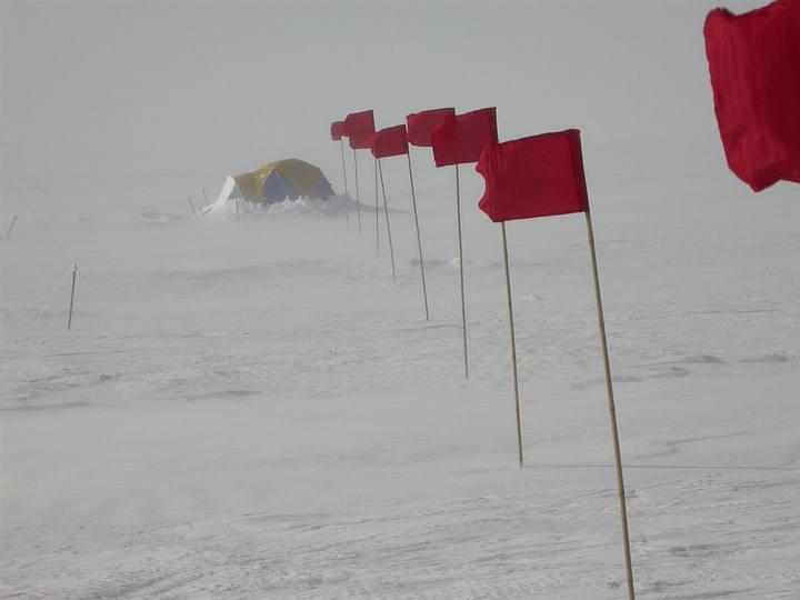 Ráfagas de nieve en un campamento cerca de la Base Vostok durante el verano antártico.