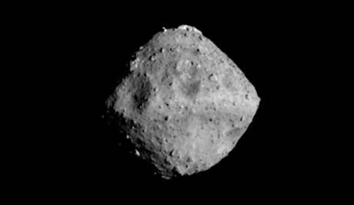 El asteroide Ryugu fotografiado a una distancia de 40 km.