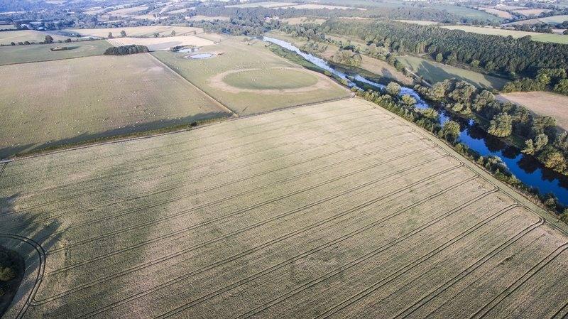 En el fondo puede verse el «Sitio P», un conocido 'henge' en el sitio Patrimonio de la Humanidad Brú na Bóinne. Anthony Murphy estaba fotografiando el «Sitio P» cuando notó algo extraño en el campo aledaño.