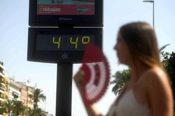 La primera ola de calor del verano en España alcanzó mínimas diurnas de 35 grados y máximas de hasta 46 grados. En total ya han fallecido 18 personas a causa del intenso calor.