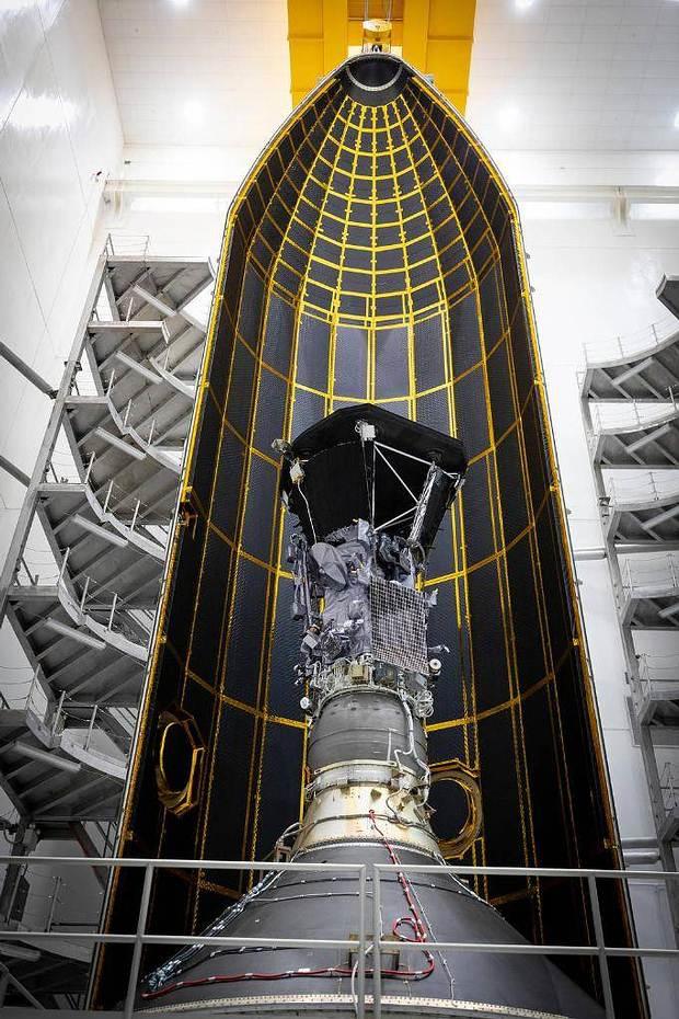 Puesta a punto de la sonda solar Parker (Solar Parker Probe), antes de ser trasladada a la plataforma de lanzamiento.