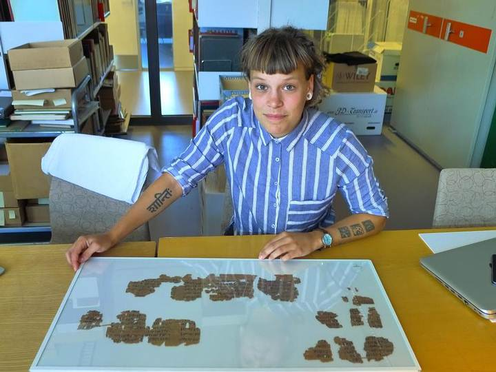 La investigadora del proyecto Sofie Schiødt frente a un papiro de 3.500 años de antigüedad. Foto: Mikkel Andreas Beck.
