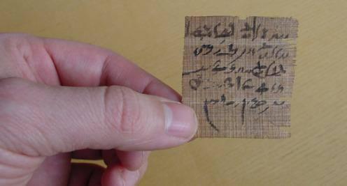 Este pequeño fragmento de papiro contiene una pregunta para el oráculo. El autor escribió dos posibles respuestas a la situación en cuestión y le solicitó a los dioses que le indicaran cuál era la verdadera. Crédito: The Papyrus Carlsberg Collection/ University of Copenhagen.