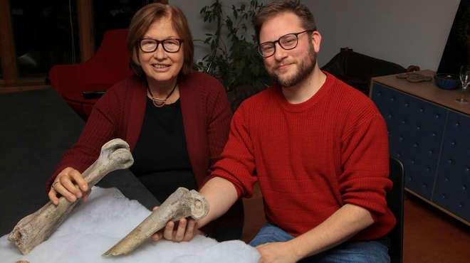La Prof. Patricia Wright y el Dr. James Hansford.