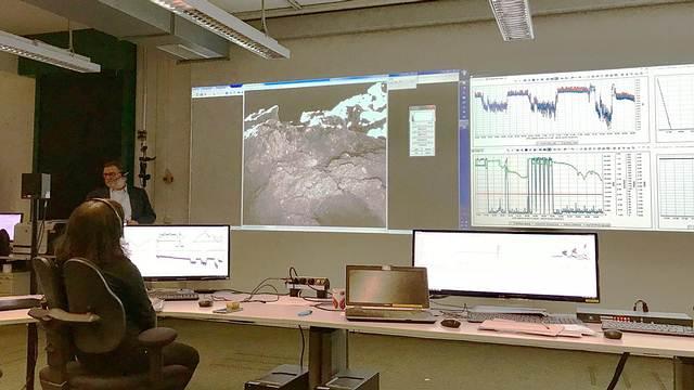 Otra foto de la superficie de Ryugu, mostrada en el centro de control de la agencia DLR.