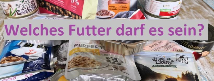 Verschiedene Futterpackungen liegen auf einem Tisch. Darüber Text: Welches Futter darf es sein?
