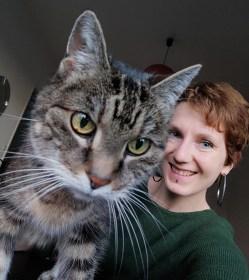 Eine Katze und eine Frau schauen in die Kamera - Katzenberatung, Katzenverhaltensberatung, Katzenpsychologin, Katzenpsychologie in Berlin, Katzentraining