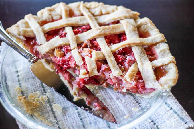 Rhubarb & Strawberry Pie | Catz in the Kitchen | catzinthekitchen.com #pie