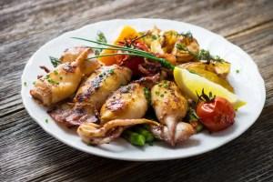 gegrillte Oktopus mit Cava oder Sekt genießen