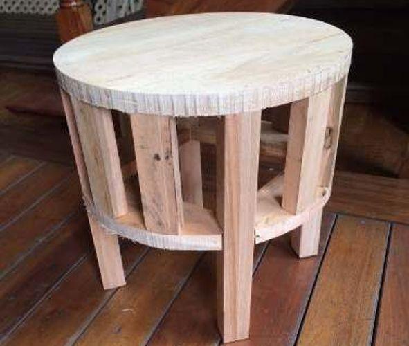 Objetos e móveis feitos com ripas de madeira que decoram