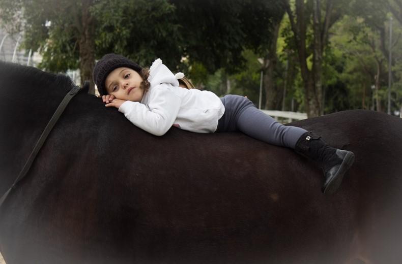 Relação da criança com o cavalo é estreitada com a equitação lúdica