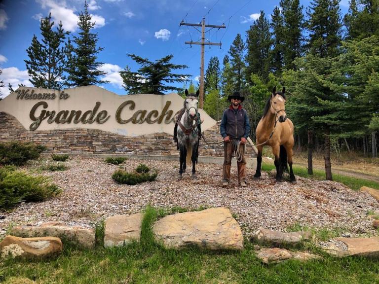 Filipe Leite é o primeiro brasileiro embaixador do Calgary Stampede Cavaleiro das Américas está no Canadá, percorrendo os últimos quilômetros de sua última jornada, e chegaria a um dos maiores rodeios do mundo caso ele não tivesse sido cancelado