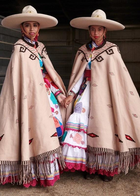 A Escaramuza é uma prova em que equipes de mulheres realizam exibições equestres de precisão, cavalgam de lado e vestidas de Adelita