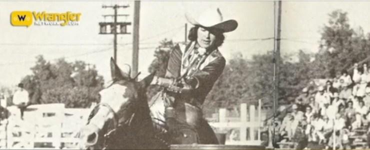 Com uma doença grave quando criança, desacreditada pelos médicos, Jane Mayo foi salva quando o pai comprou um cavalo para ela montar